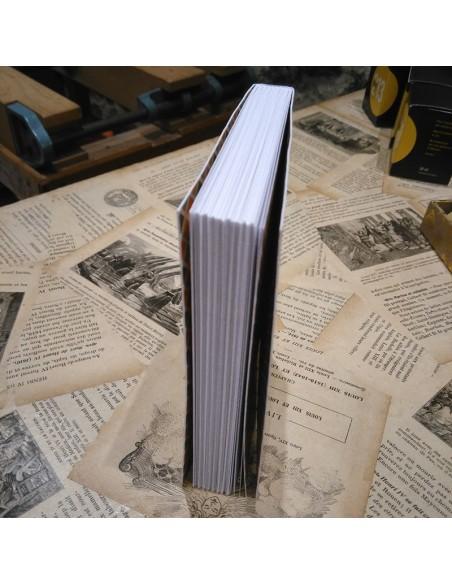 Rebanada del cuaderno blanco compuesto por 8 cuadernos cosidos a mano.