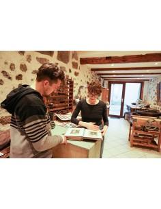 Fabrication artisanale de papier recyclé. Atelier créatif fabrication de papier.