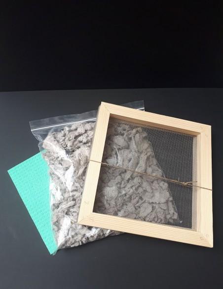 Tamiz de marco de madera para pasar la pulpa de papel. Sobre de pulpa de papel artesanal. Esponja.