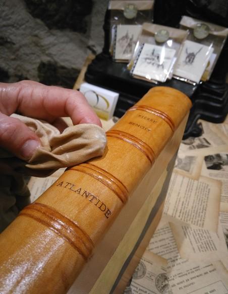 La cire 213 donne un excellent résultat sur les cuirs des livres à l'exception des vieux cuirs dégradés.