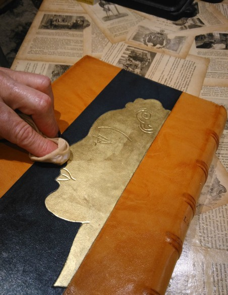 The gilding on the book can also be waxed using wax 213.
