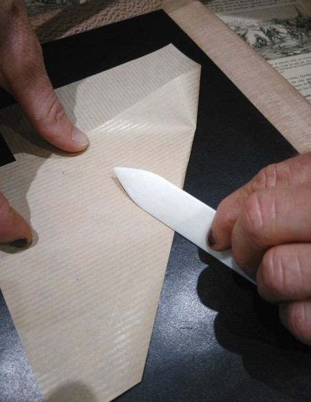 Carpeta para plegar papel o cartulina.