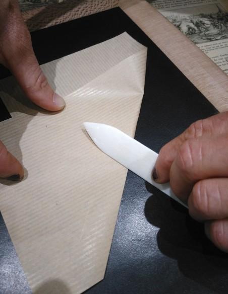 Plastic paper folder: good handling - Glides on paper.