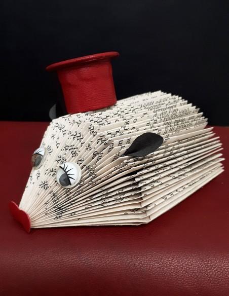 Erizo bebé creado en papel con gorro de cuero, orejas y hocico. Pieza artesanal única. Decoración del hogar.