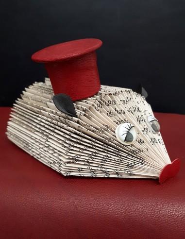 Creación en papel y cuero. Erizo bebé coronado con un sombrero de cuero. Pieza artesanal única. Decoración del hogar.