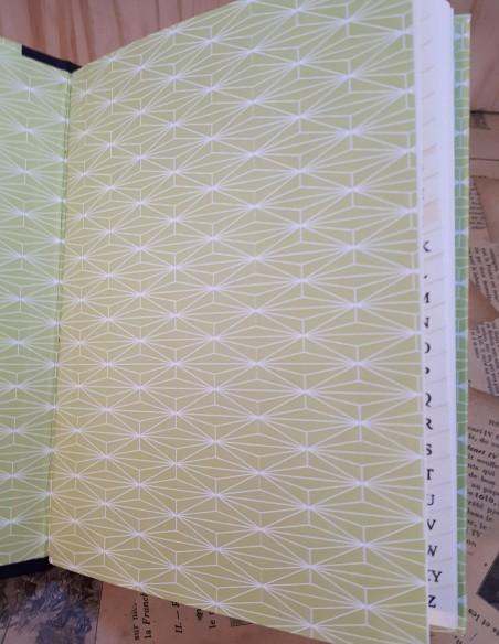 Première de couverture et intérieur en papier fantaisie.