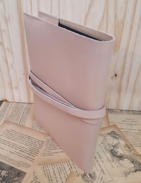 Protège carnet en cuir de veau avec lacet. Format standard.