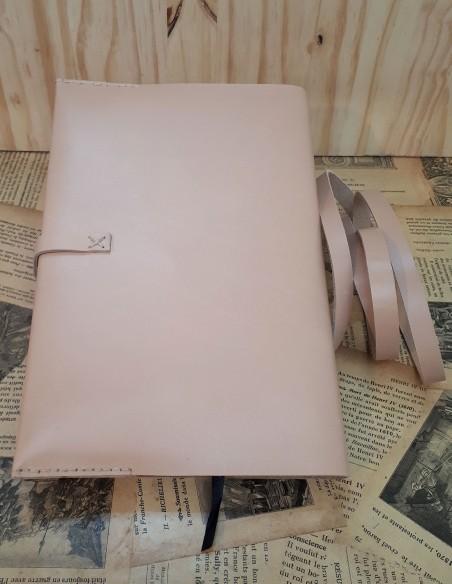 Funda para cuaderno de piel de becerro con encaje. El encaje cierra el cuaderno.