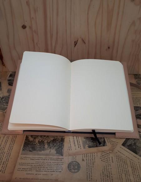 Protège carnet en cuir de veau avec lacet. Le carnet est fourni avec le protège cahier.
