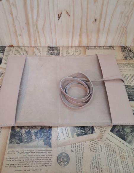 Intérieur et montage du protège carnet en cuir de veau.