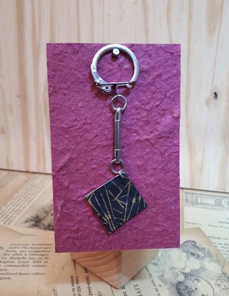 Llavero con mini libreta forrada en papel origami japonés.