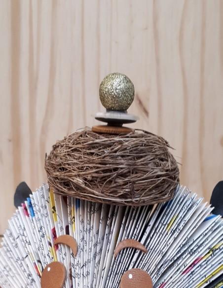 Chapeau nid d'oiseau sur création en papier hérisson.