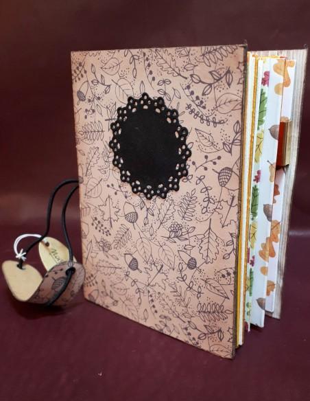 Carnet journal intime fabrication artisanale - Fait-main - Carnet Noisette. Système de fermeture du carnet