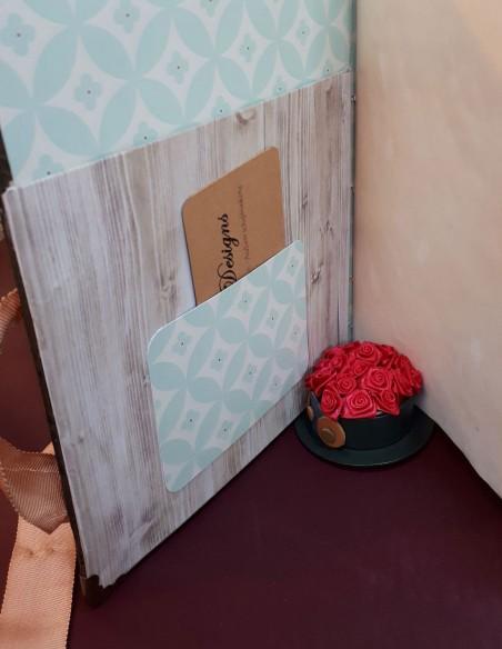 Tarjetero Cherub hecho a mano por Nubiya Design. En la primera página.