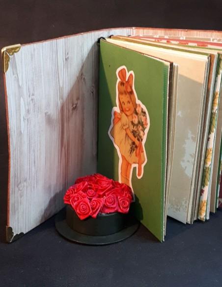 Carnet journal intime fait-main par Nubiya Design. Page de garde avec une fillette.