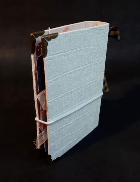 Cuaderno diario de diseño con su lazo escocés cerrado por una goma elástica.