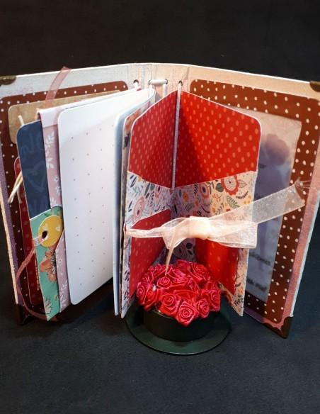 Cuaderno diario de diseño con lazo escocés.