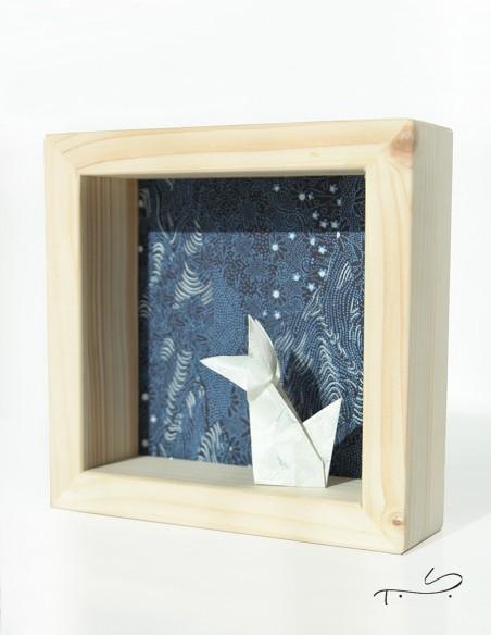 Cadre décoratif à poser sur un meuble ou accrocher au mur. Renard en origami sur fond étoilé en papier japonais.