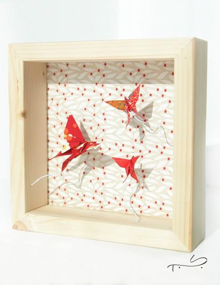 Marco decorativo para colocar sobre un mueble o para colgar en la pared. Marco de madera y origami en papel japonés.