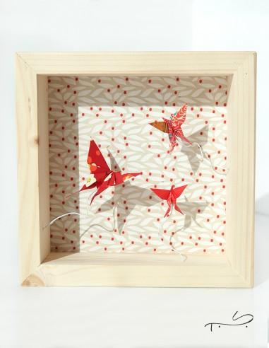 Cadre origami décoration intérieure. Vol de papillon fait en papier japonais.