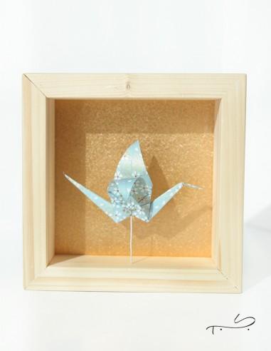 Cadre de décoration intérieure avec grue en origami fabriquée dans du papier japonais.