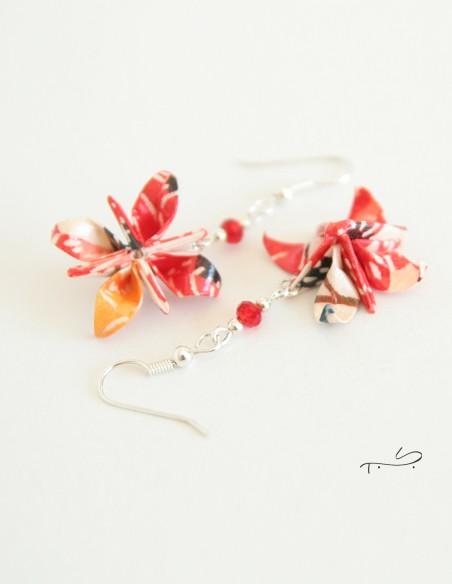 Boucles d'oreilles origami fabriquées par Marlène Gouchault - Créations papiers.