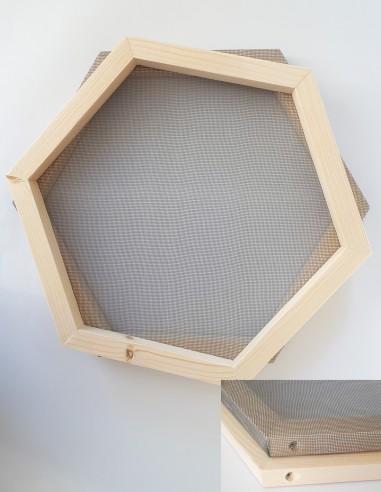 Tamis pour passer la pâte à papier et faire des feuilles de papier hexagonales.