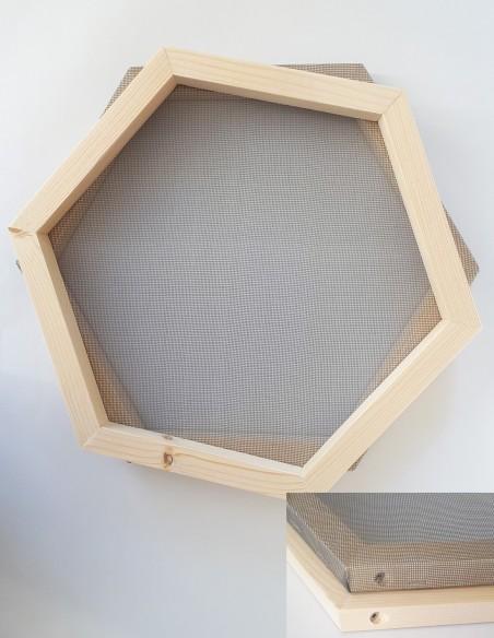 Tamiz de pulpa de papel reciclado en forma hexagonal.